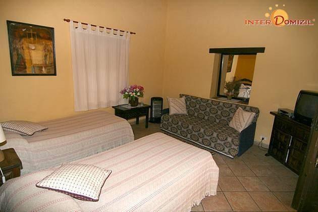 Schlafzimmer mit zwei Einzelbetten und Schlafsofa
