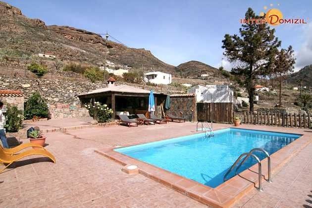 Pool und Sonnenterrasse, überdachter Essplatz und Grill