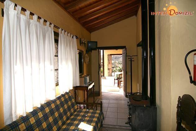 Wohnbereich und Flur mit Holz-Brennofen