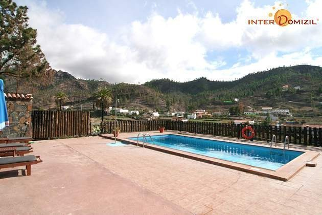 Pool und Sonnenterrasse mit Ausblick auf die Umgebung