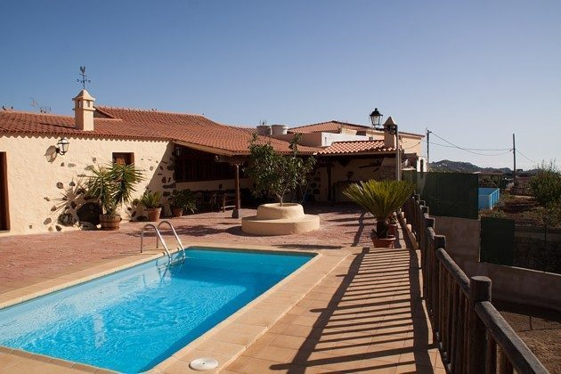 Außenansicht Haus, Sonnenterrasse und Pool