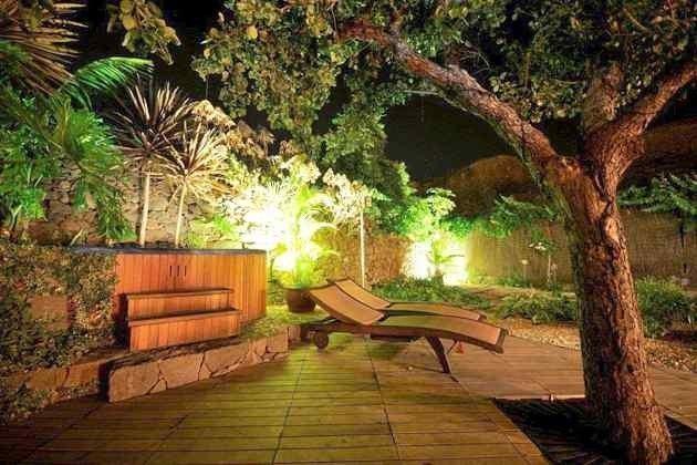 Whirlpool, Garten und Terrasse am Abend