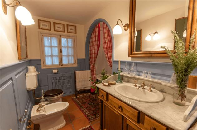 GC 2584-75 Badezimmer mit Wanne und Bidet