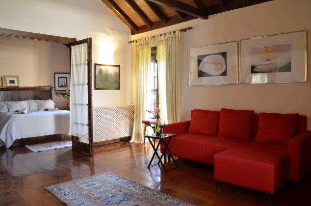 Suite mit separatem Schlafzimmer mit TV, begehbarem Kleiderschrank und Wohnraum