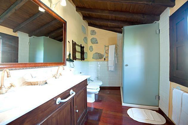 Badezimmer der Suite mit zwei Waschbecken, WC, Bidet und Dusche