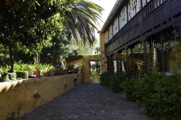 Blick auf Hortensienbüsche und die obere Galerie