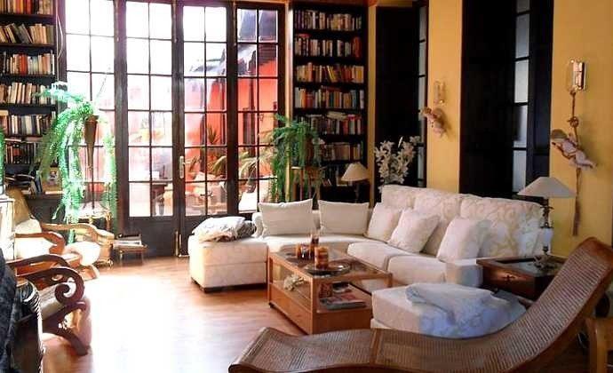 Aufenthaltsraum mit gemütlicher Sofaecke und vielen Büchern