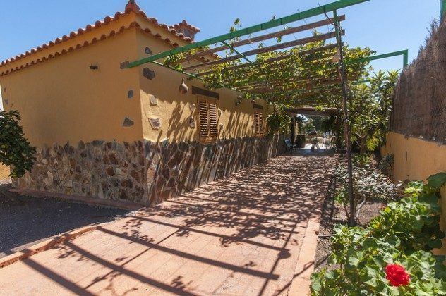 Zugang und �berdachte Terrasse am Haus