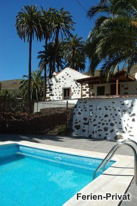 Pool mit Sonnenterrasse und Haus