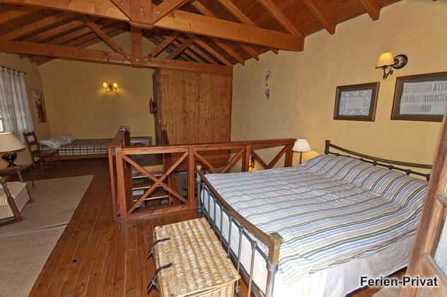 Schlafzimmer oben mit zwei Doppelbetten