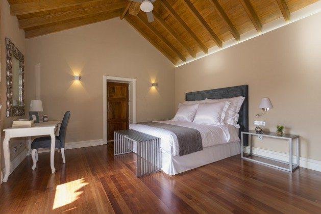 GC 2584-88 Schlafzimmer mit schönen Holzdecken und Holzboden