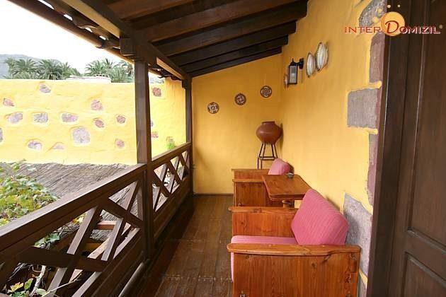 Überdachter Sitzplatz auf dem Balkon von Haus 1