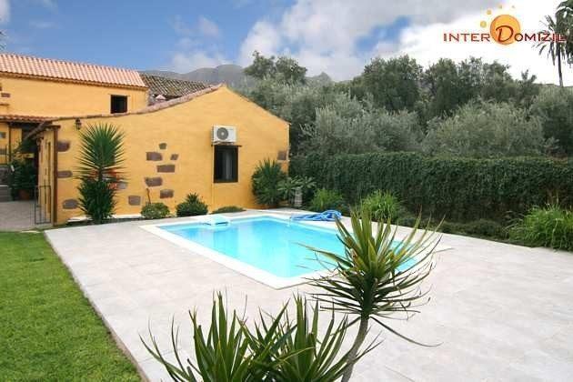 Sonnenterrasse und Pool mit Außendusche, Blick auf Haus 2