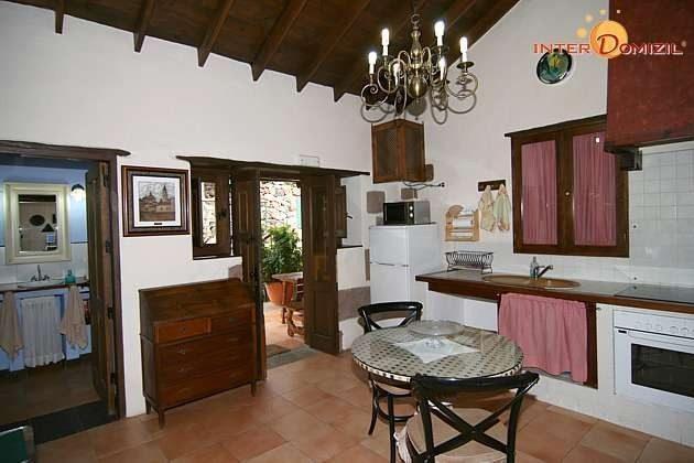 Wohn-/Esszimmer und Küchenzeile Haus 2, links Badezimmer