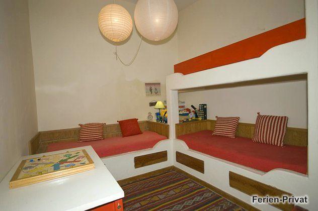 Schlafzimmer mit drei Einzelbetten