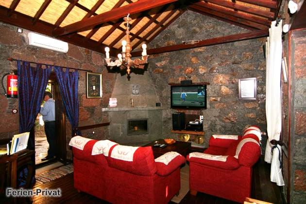 Wohnraum mit Flatscreen-TV