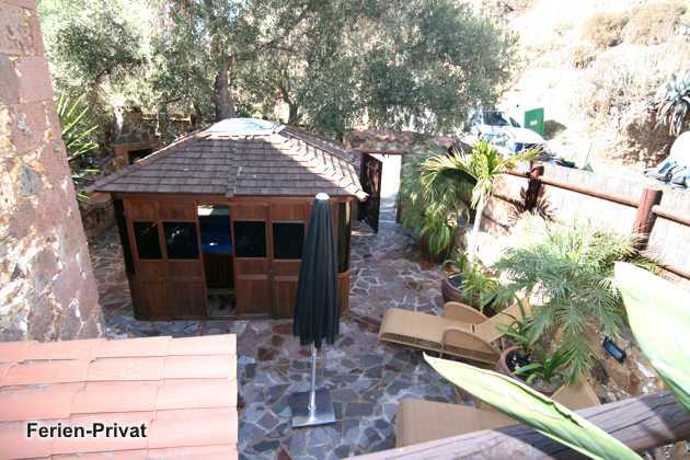 Terrasse und Holzhaus mit Whirlpool
