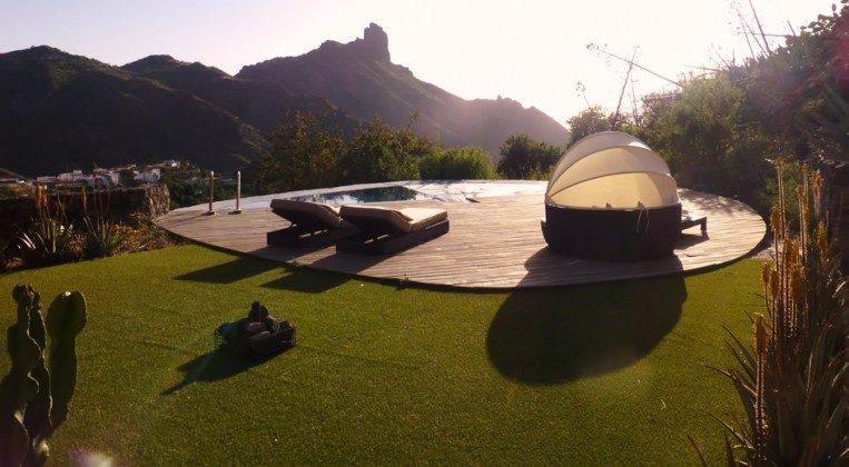 Garten und privater Pool mit Sonnenterrasse