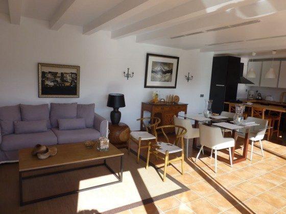 Wohn-/Essbereich mit Küche und Esstresen im Hintergrund
