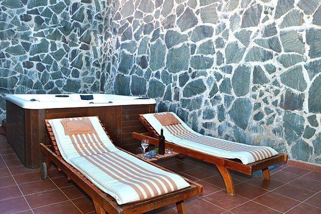 Innenhof (Patio) mit Whirlpool und Sonnenliegen