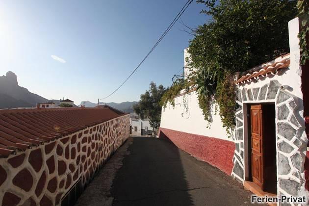 rechts oben Haus und Terrasse