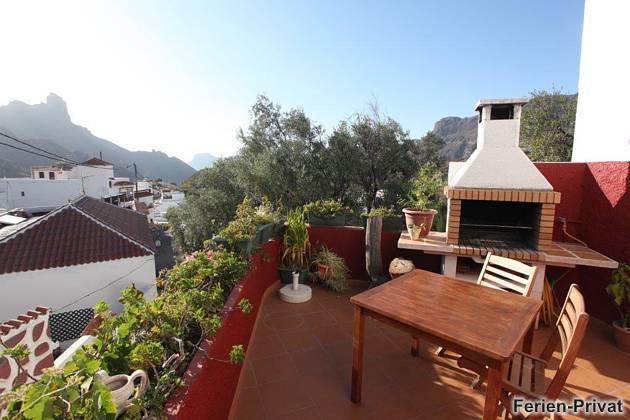 Terrasse mit Grillkamin und Ausblick auf die Berge