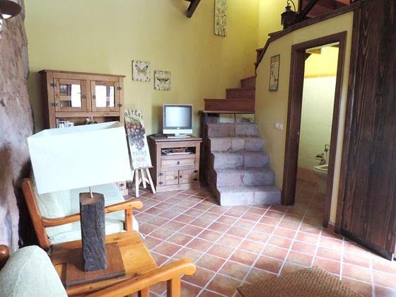 Wohnbereich und Tür zum kleinen Bad