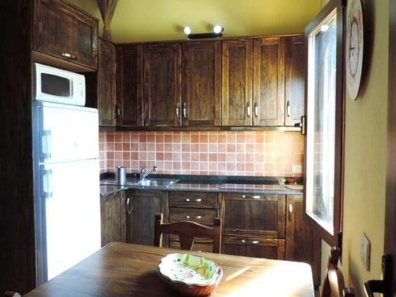 Küche mit großem Kühlschrank mit Gefrierfach