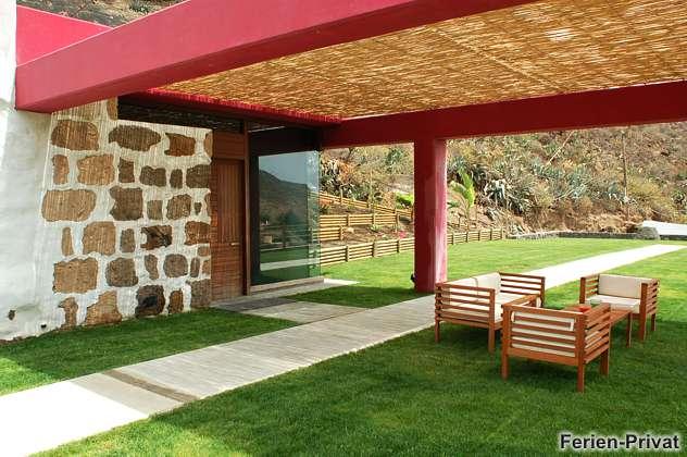 Sitzplatz am Haus mit Blick zur K�ste und auf Weinanbau
