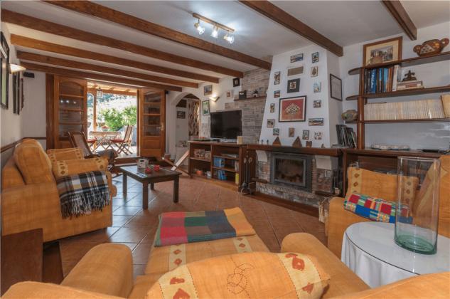 GC 2584-105 Wohnzimmer mit Kamin und Zugang zur Terrasse