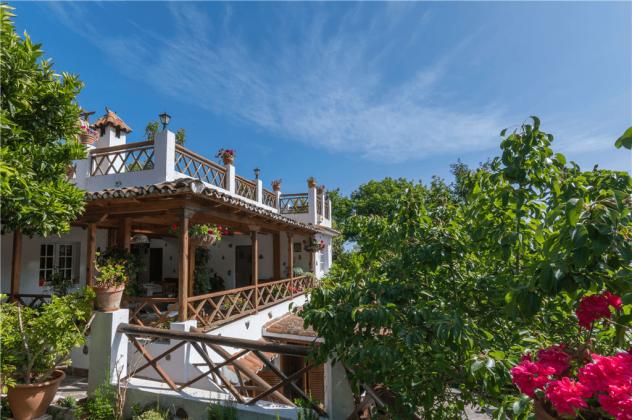 GC 2584-105 Blick auf Obergeschoss mit Balkon und Sonnenterrasse