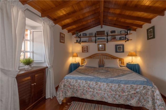 GC 2584-105 Schlafzimmer im obersten Stockwerk mit Doppelbett