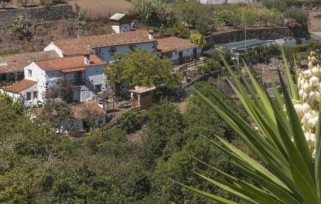 Blick aus der Ferne auf Haus und Grundstück GC 2584-18