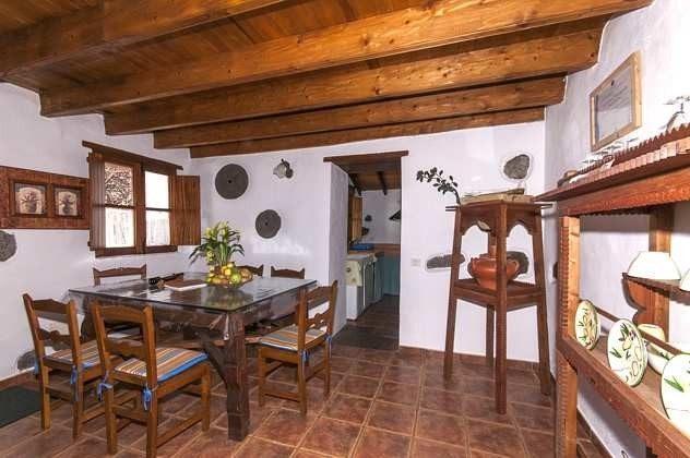 GC 2584-18 Esstisch und Blick zur Küche