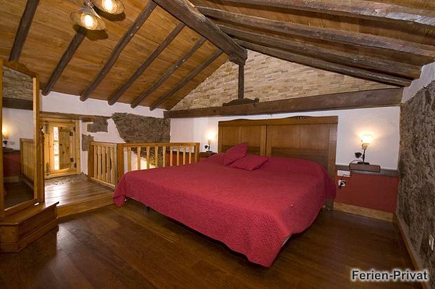 Schlafzimmer mit Doppelbett oben