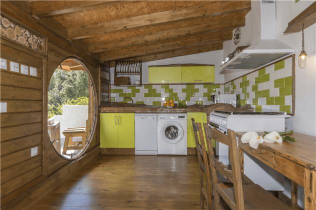 GC 2584-93 Küche mit Rundfenster zur Terrasse