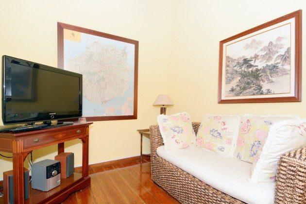kleiner Wohnraum mit Flat TV im Obergeschoss