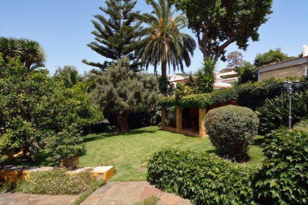 Garten und überdachter Grillbereich