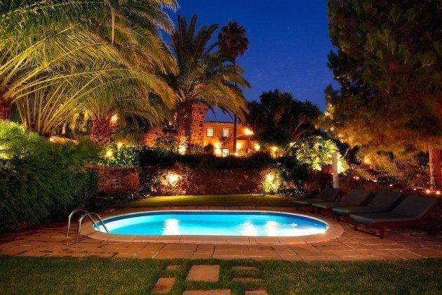 Pool am Abend beleuchtet