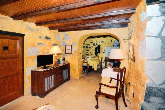 Wohnbereich und Blick zum Essplatz in der Küche