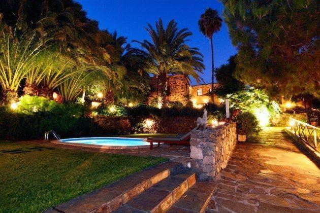 Pool und Gartenwege am Abend