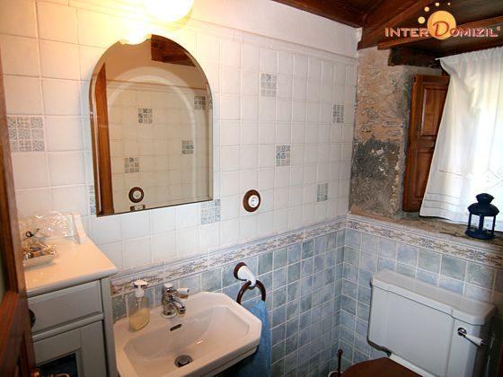 Bad mit Waschtisch und Toilette im Erdgeschoss