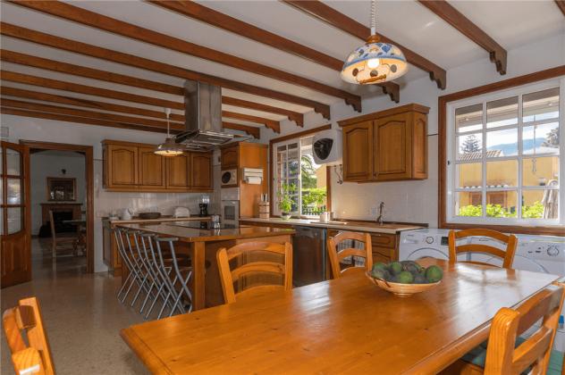 GC 2584-89 Esstisch und Blick zur Küche