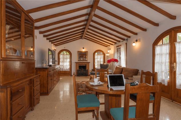 Wohnzimmer mit Tisch und vier Stühlen GC 2584-89
