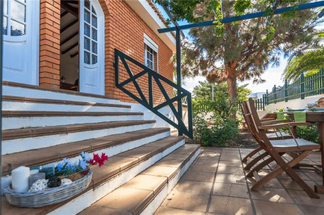 GC 2584-89 Terrasse mit Gartenmöbeln