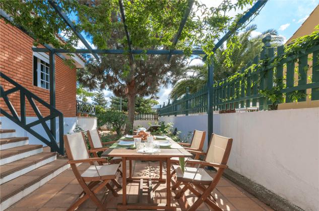 GC 2584-89 Terrasse mit Möbeln für ein Frühstück