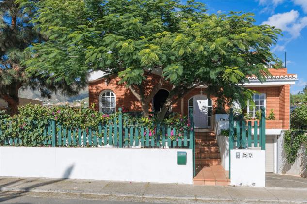 GC 2584-89 Außenansicht Haus von der Straße