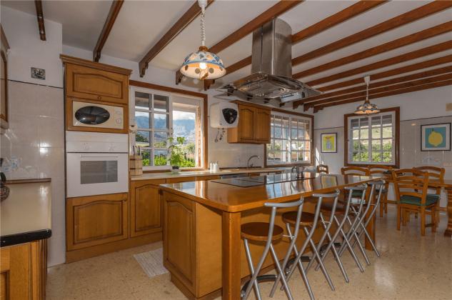 GC 2584-89 gut ausgestattete Küche mit Esstheke und Esstisch