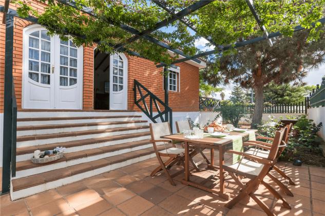 GC 2584-89 schattige Terrasse mit Gartenmöbeln