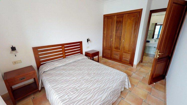 LZ 210739-2 Schlafzimmer mit Doppelbett